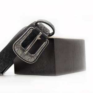 cinturón-negro-estampado-floral-relieve-hebilla-plateada